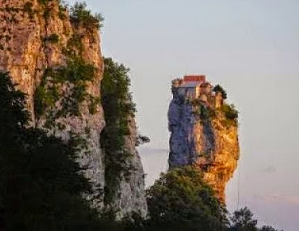 Η απίστευτη ιστορία ζωής ενός μοναχού που ζει πάνω σε ένα βράχο